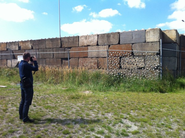 Boudewijn Bollmann fotografeert een staaltje outsider art in de Rotterdamse fruithaven. September 2014. Pf